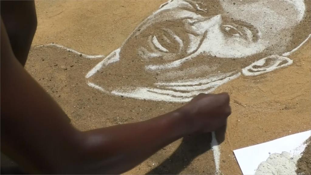 沙地畫作栩栩如生!喀麥隆藝術家盼球星分享助揚名世界