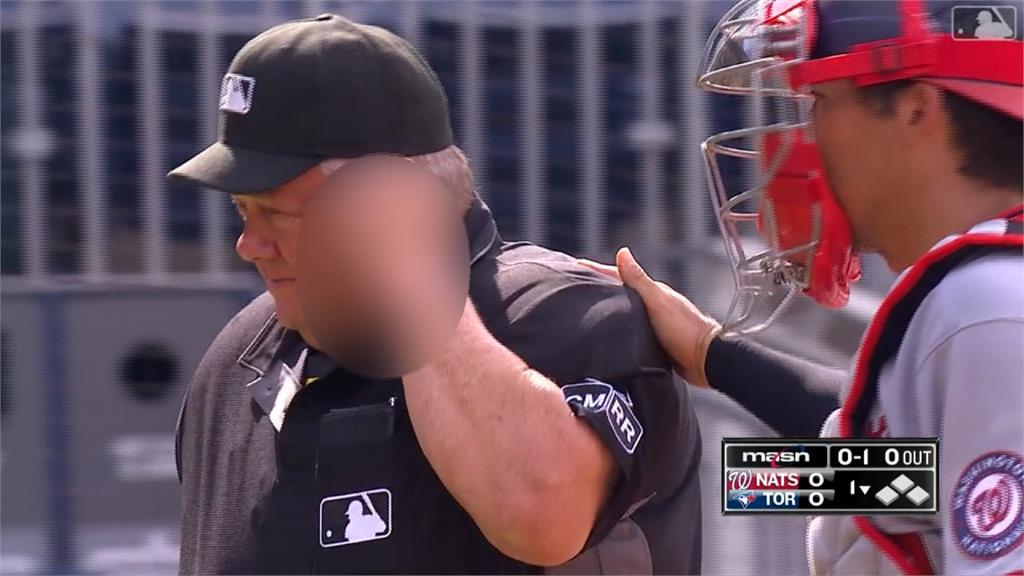 MLB/藍鳥打者球棒脫手...67歲知名主審首局遭球棒敲頭濺血