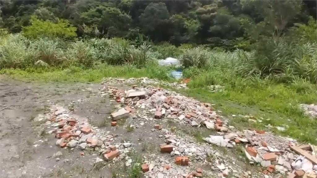冒雨偷倒建築廢棄物 正義民眾攔車逮人