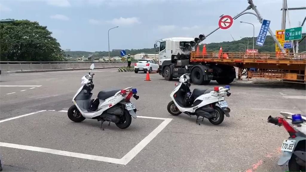 竹北貨車載貨突起火  新竹聯結車撞斷號誌桿