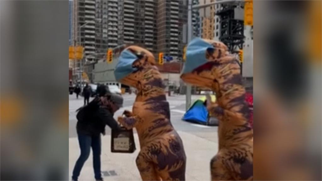 多倫多母女自製口罩 穿恐龍裝上街免費發放