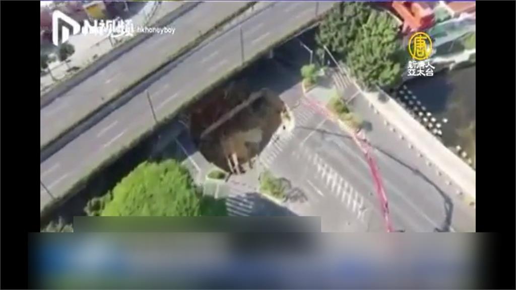 中國廣州驚見天坑!當局不救人先灌漿