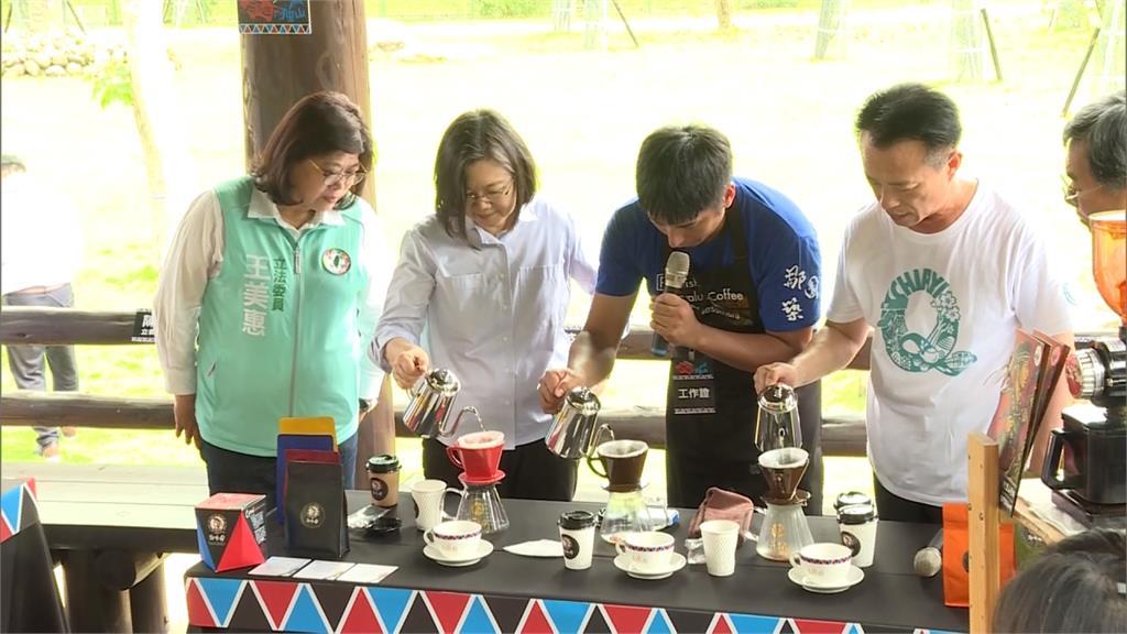蔡英文總統遊嘉義拚觀光 使用三倍券買鳳梨酥與阿里山咖啡