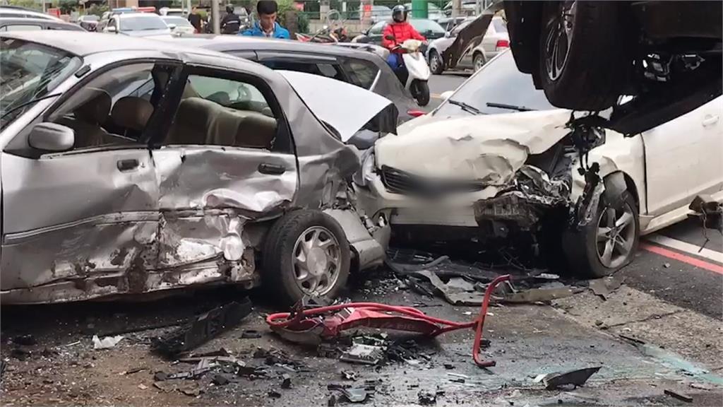 蟲跑進眼睛因此撞爛4台車?車禍現場只剩駕駛「車上有槍」