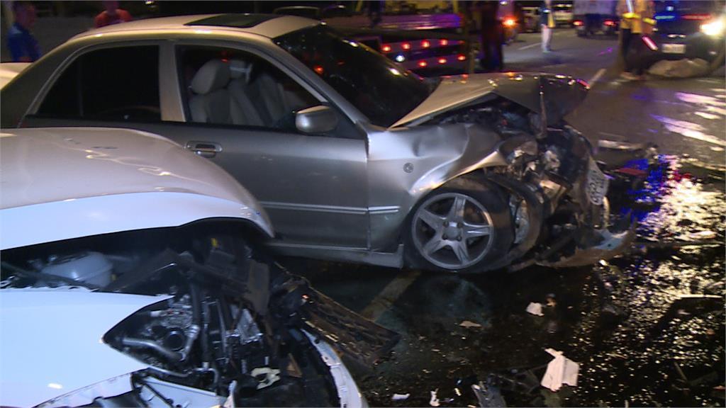 逆向對撞致五傷 肇事駕駛棄車逃