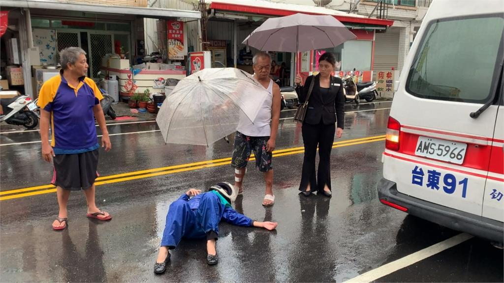 暖!台東老婦車禍倒地不起 民眾撐傘、轎車當路障護身