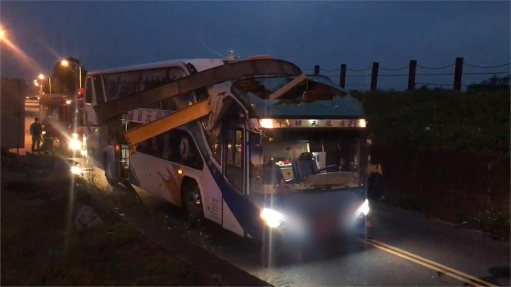 遊覽車撞上限高鋼架車頭毀!車內乘客全嚇壞
