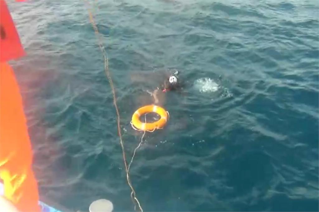 快新聞/3潛水客體力不支漂流海上求救 恆春海巡成功救援