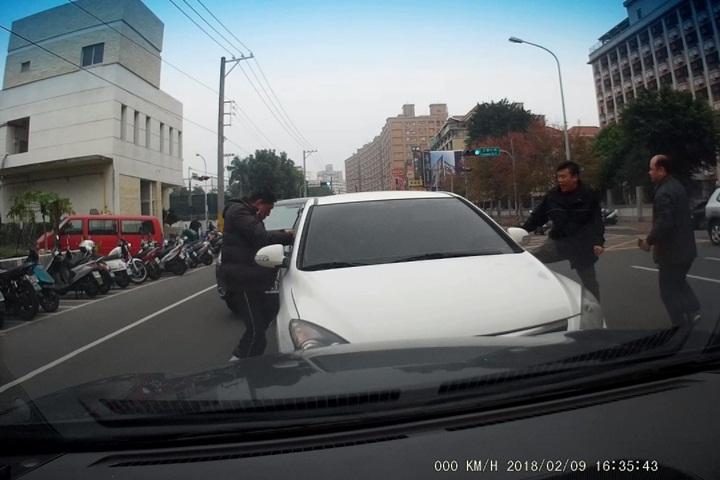 街頭逮車手 警車前後包夾敲破車窗抓人