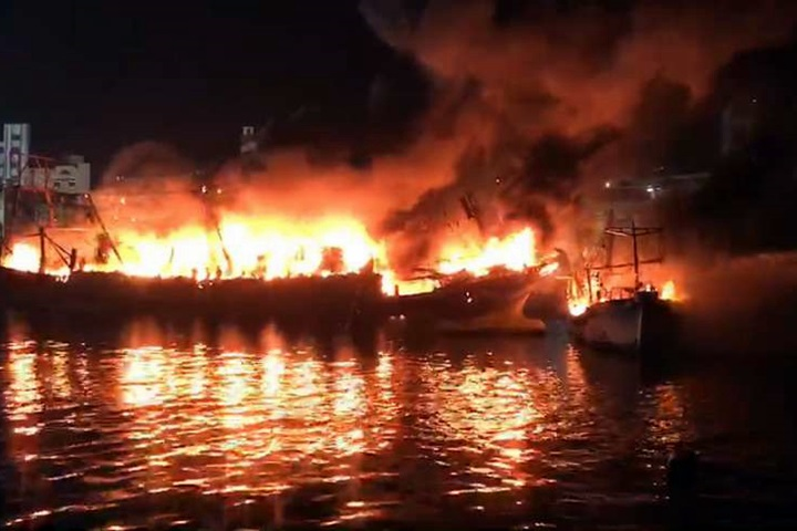 野柳漁港漁船起火 船長及9漁工棄船保命
