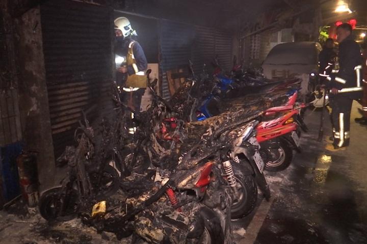 深夜機車突起火 火勢延燒7車毀