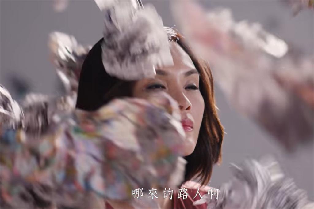 快新聞/李眉蓁競選影片「臉上被丟報紙」喊勇敢 網諷:勇敢地抄襲騙學歷