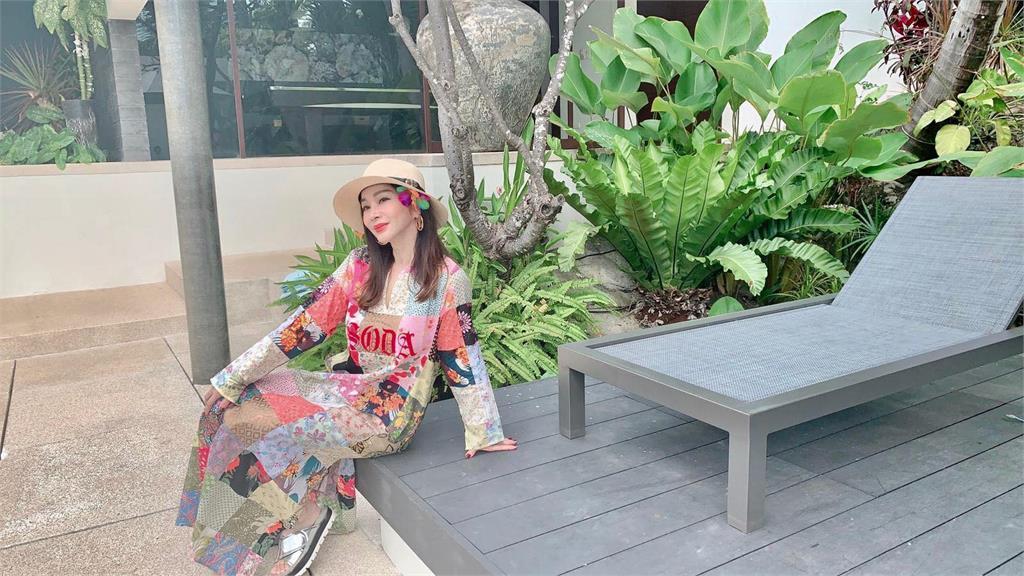 陳美鳳比基尼照秀「性感川字肌」!身旁驚見一代美豔女星