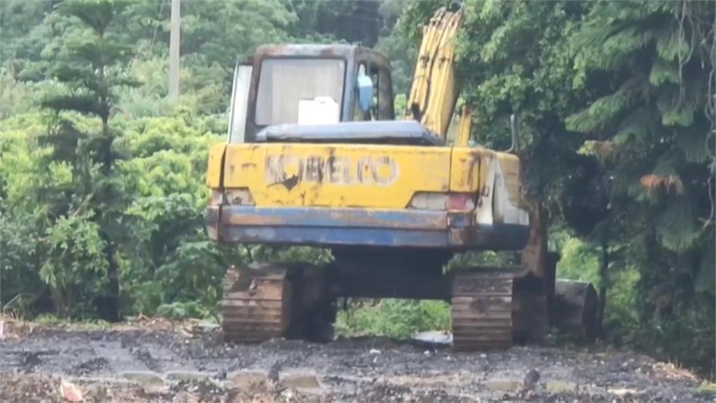偷挖大坑洞倒廢棄物 警尋車痕暗夜埋伏4小時逮人