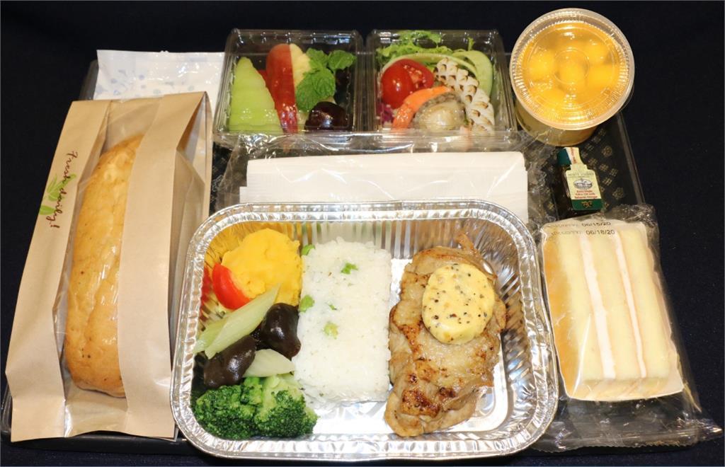 快新聞/後疫情時代 華航3小時以上航班今起提供「防疫熱餐」