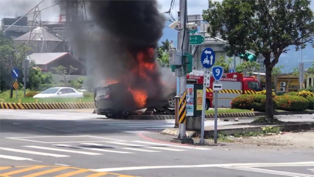 機車冒火燒剩骨架 休旅車為閃違規車輛自撞起火
