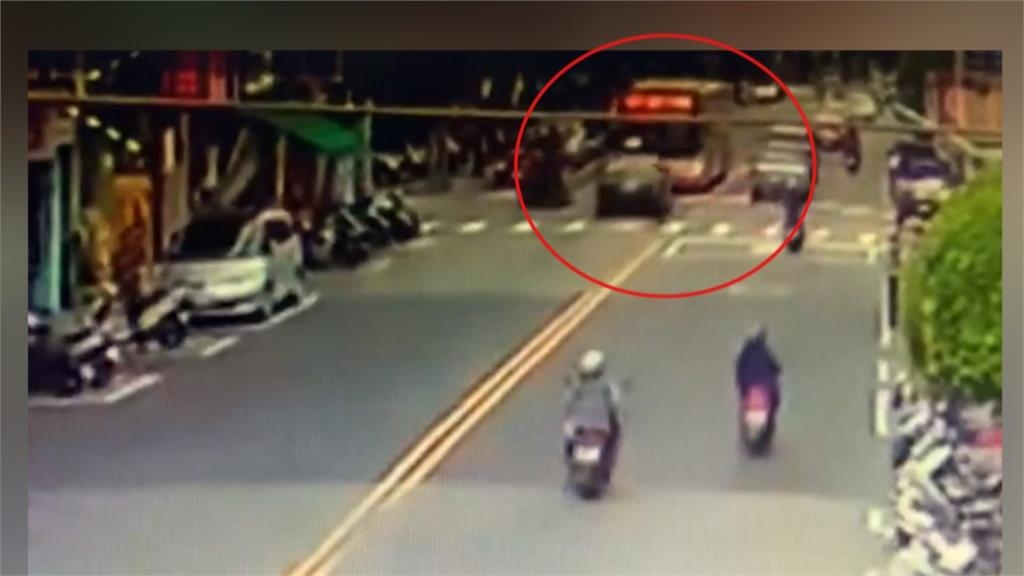 恍神?轎車逆向對撞公車 駕駛卡車內