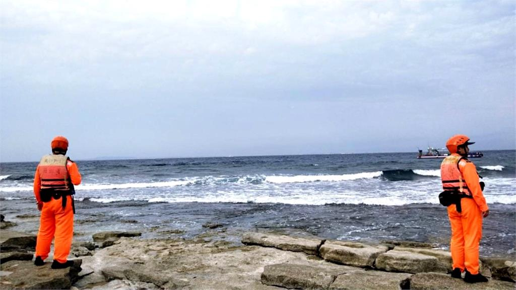 琉球漁港驚傳漁民落海 海巡署出動海陸空搜救