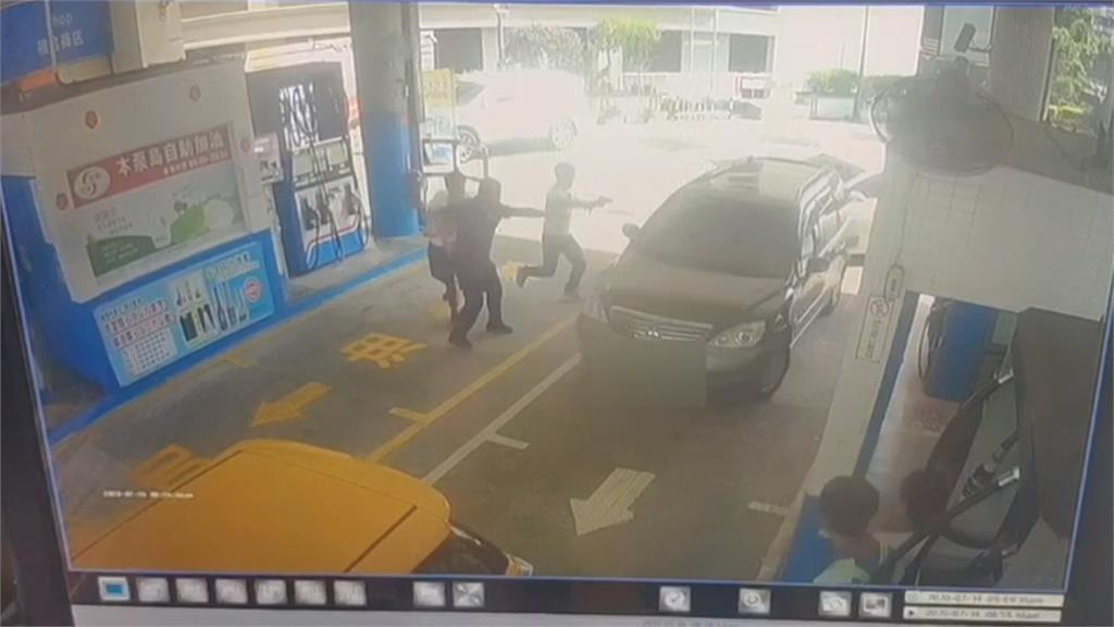 毒品通緝犯加油遇巡邏員警 加速衝撞警車逃逸
