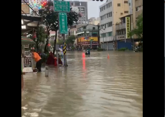 快新聞/鹽埕區水淹及小腿肚 騎士涉水險象環生