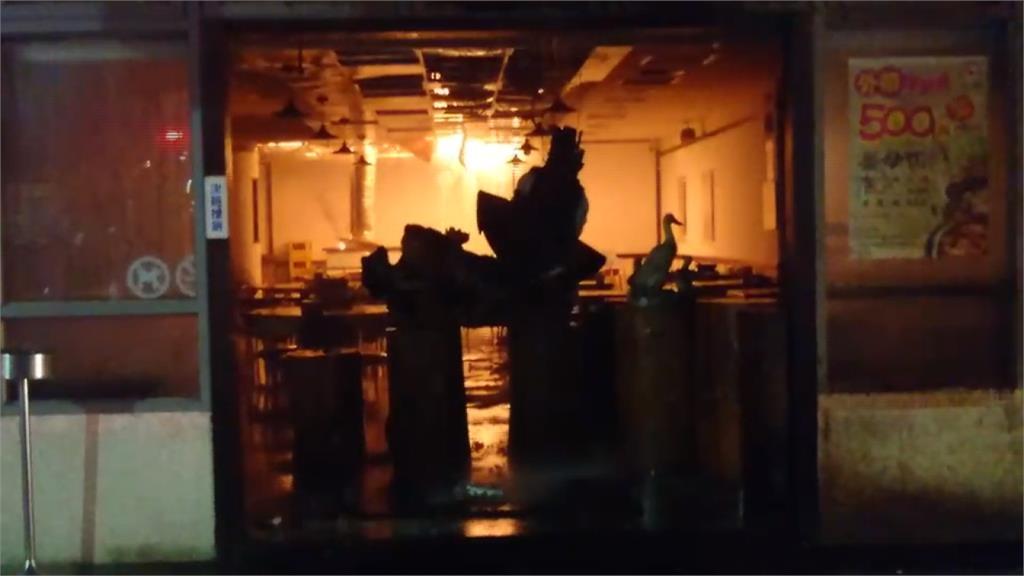 燒烤店起火延燒薑母鴨店 30輛消防車灌救