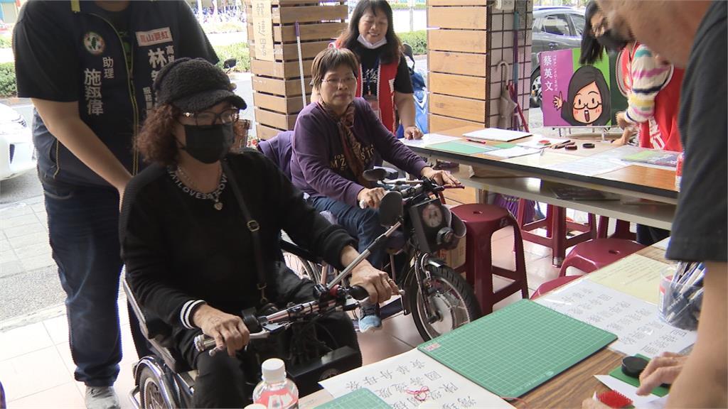 行動不便也要罷韓!高雄輪椅族花半小時 親送連署書到服務處