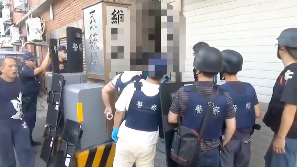 警匪對峙三小時終投降!嫌犯黑歷史曝光...曾毆警致癱