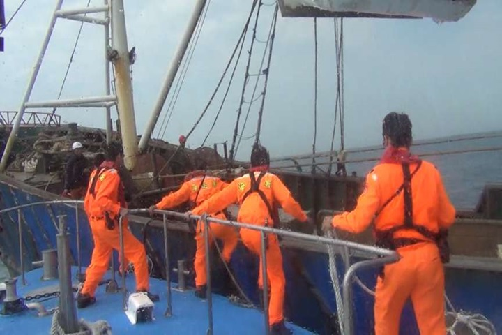 侵門踏戶!中國漁船越界捕魚 海巡登檢丟漁獲