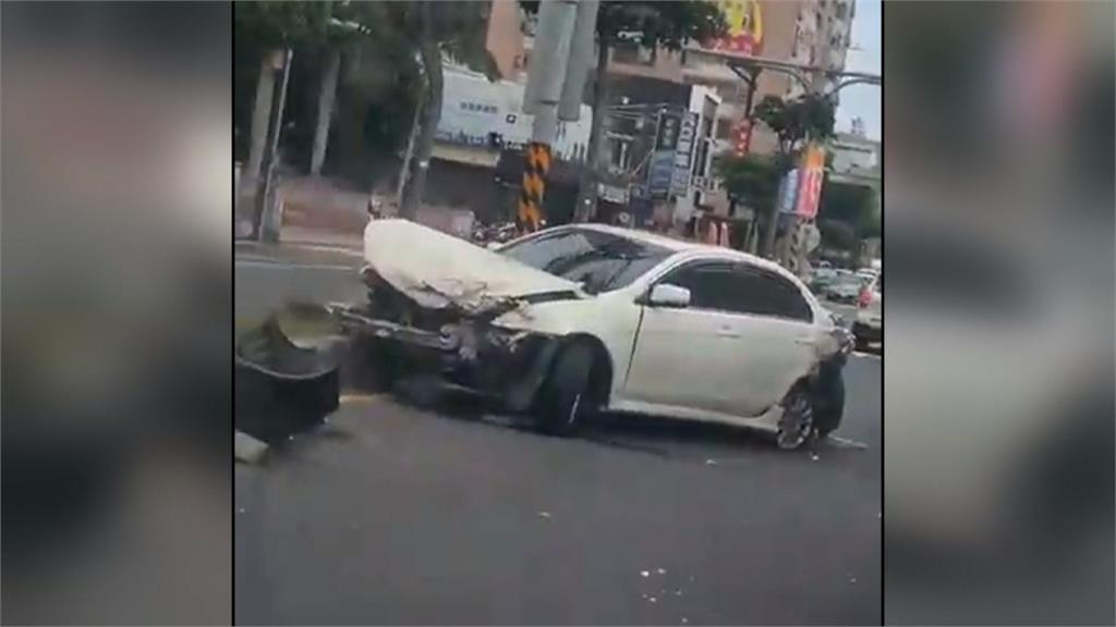 轉彎車速過快撞路邊客運!轎車駕駛竟肇事逃逸