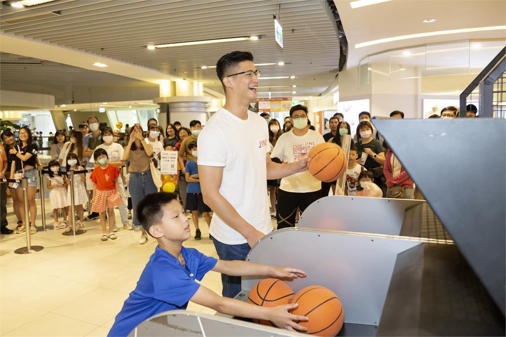 JINS新竹遠東巨城店慶開幕 PK籃球明星投籃拿大獎