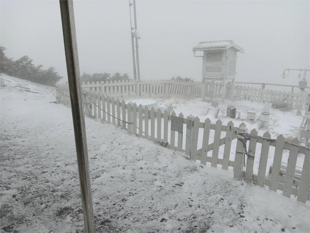 快新聞/下雪了!玉山飄下三月雪 積雪厚度達0.5公分