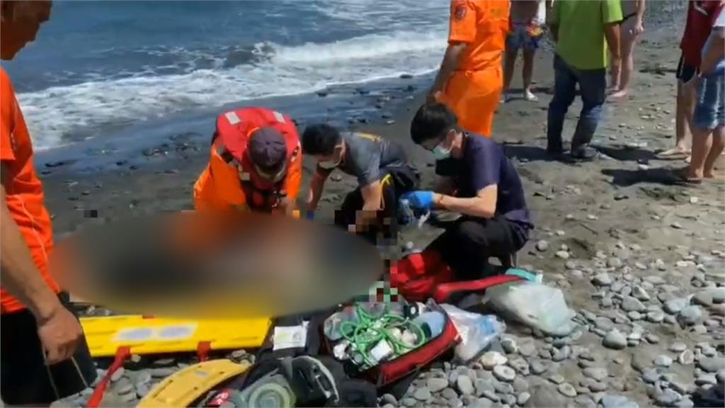 海邊大浪捲三人! 一國中生救起無呼吸心跳