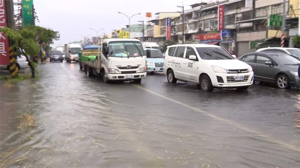 高雄強降雨不斷 居民怨:仁武鳳仁路逢雨必淹