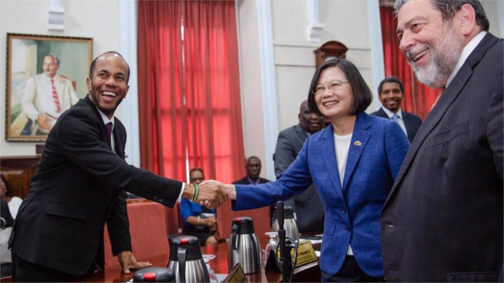 在世衛大會辣嗆中國挺台灣!蔡總統同框聖文森衛生部長親表感謝