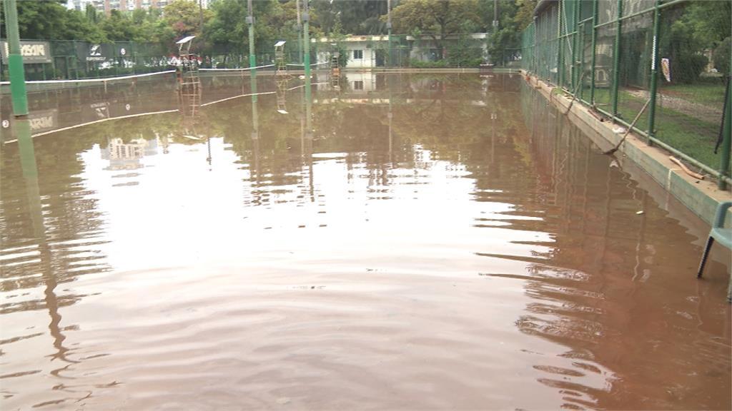 高雄民生網球場淹成「釣蝦池」 議員:韓國瑜市長不來看?