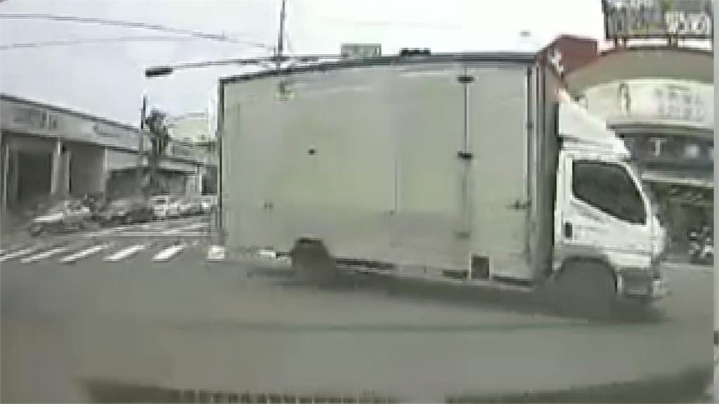 對向車突「馬路切西瓜」 駕駛驚險逃過一劫飆罵