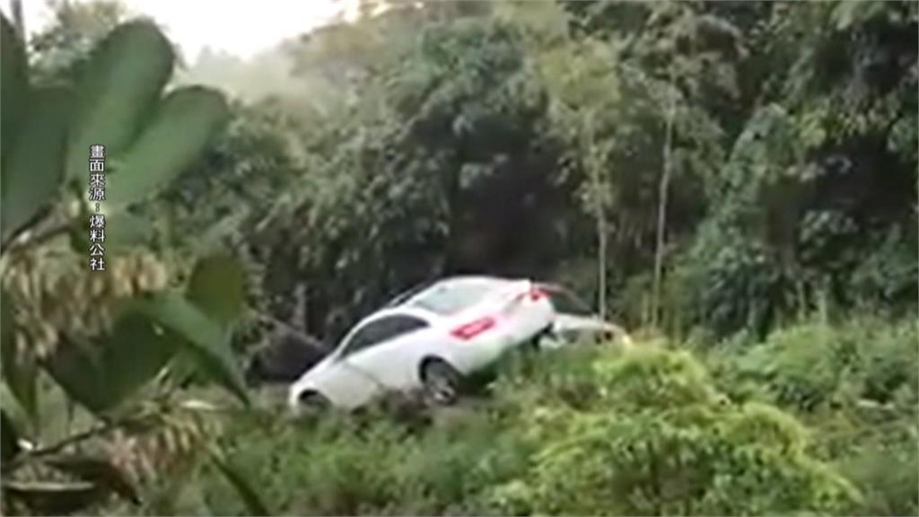 恐怖對決!惡男開休旅車 把女友賓士撞落山溝