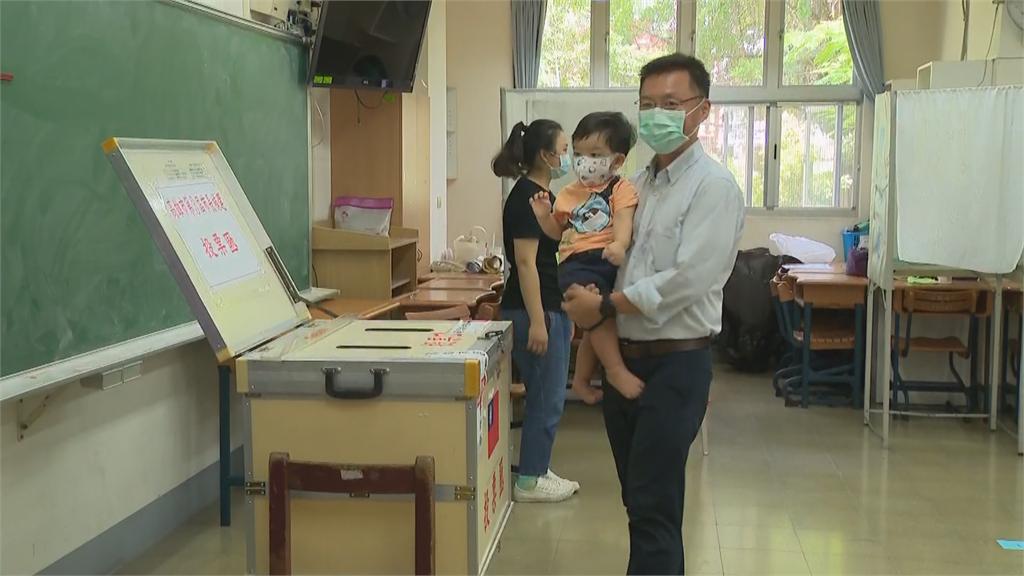 快新聞/高市長選舉6歲以下幼童也能進投票所! 趙天麟樂攜子「以身作則」憂投票率低迷