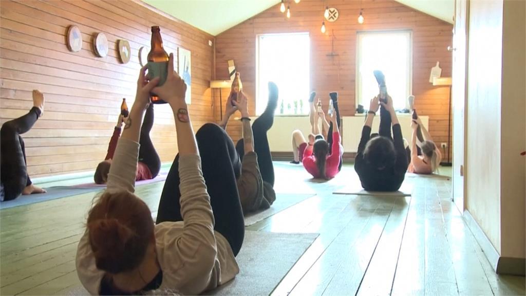 邊喝酒邊運動!「啤酒瑜珈」幫助肌肉放鬆更好動