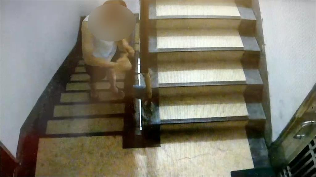 嫌樓上太吵?鄰居竟持震樓神器擾鄰 還在樓梯抹油