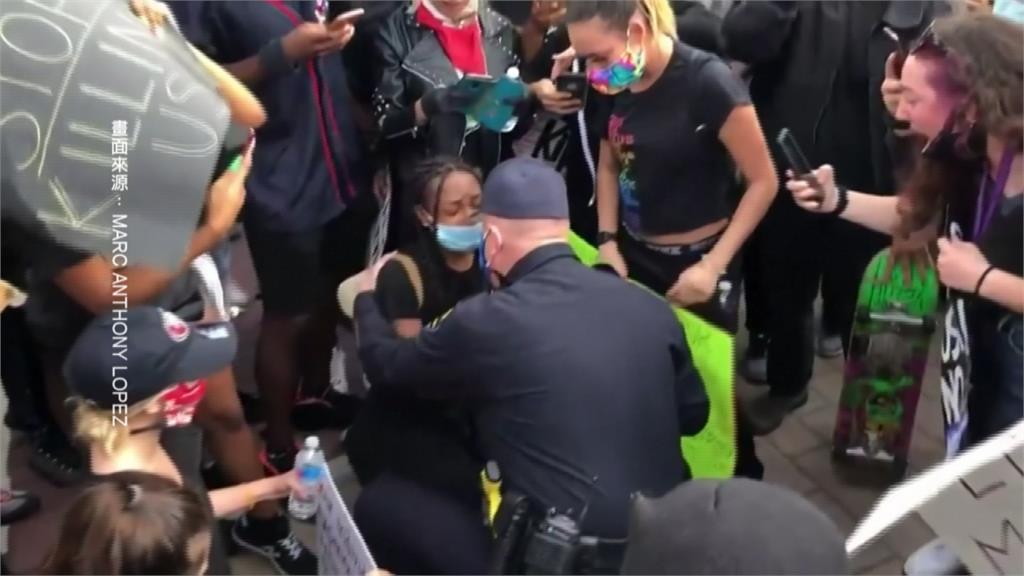 與民眾一起為非裔發聲!美國警察單膝下跪致意