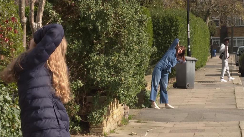 禁足令也能運動!英國健身教練家門前開課服務鄰居