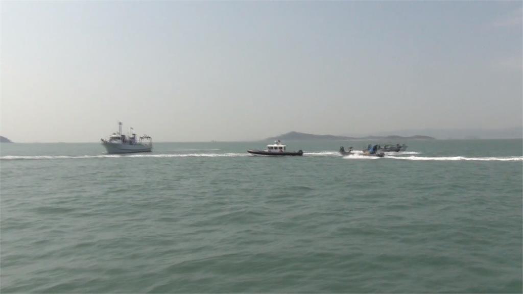 金門海巡護漁竟遭中國漁船「丟玻璃瓶」 隨即發射11枚震撼彈驅離