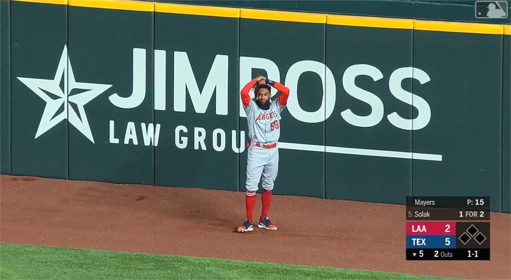 天使超級新人外野手 守備大烏龍拍球出牆外