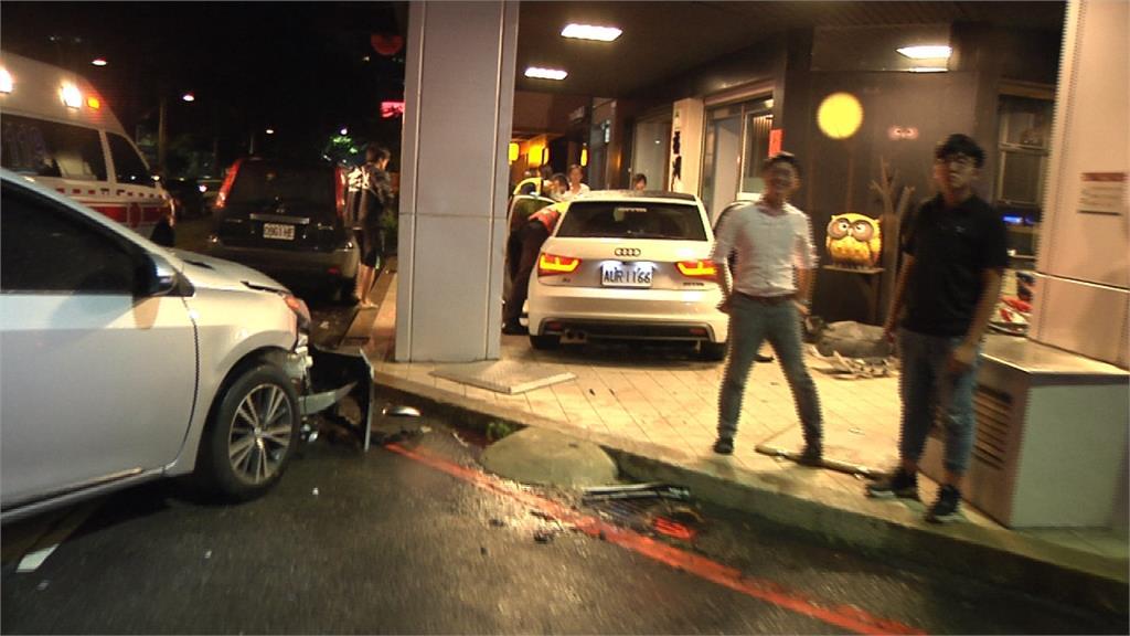台中兩車對撞 失控衝騎樓險撞進火鍋店