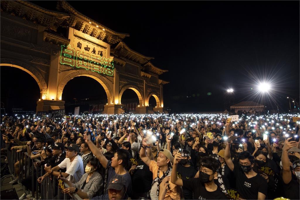 《願榮光歸香港》萬人合唱台語版 網友深夜重播「聽一次哭一次」