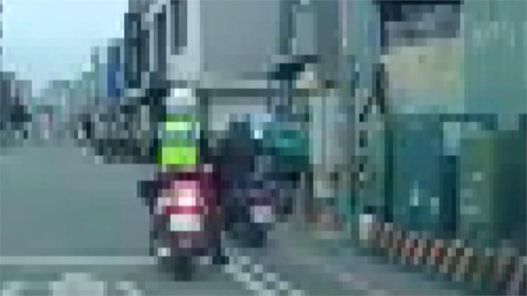 把警察當塑膠?騎士當警面前「紅燈右轉」