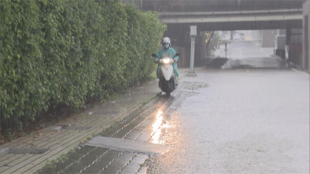 快新聞/高雄水管路涵洞積水 機車繞行騎人行道 居民怨