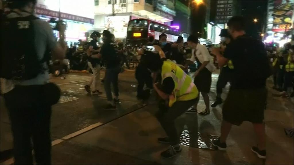 香港六四燭光遍地開花 警射胡椒噴霧驅趕