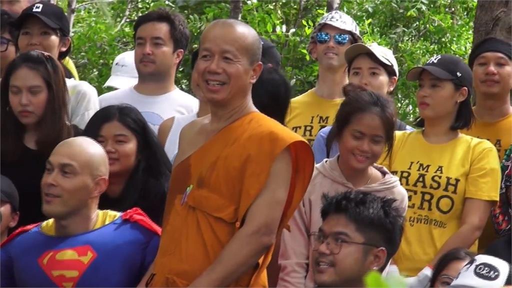 泰國湄南河垃圾為患!寺廟出招將塑膠瓶變「袈裟」